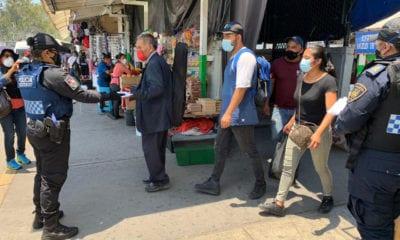 Policías regalan cubrebocas a usuarios de transporte público