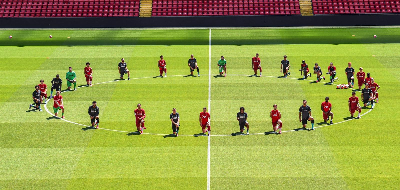 Jugadores del Liverpool de Inglaterra le rinden homenaje a George Floyd. Foto: Twitter Liverpool