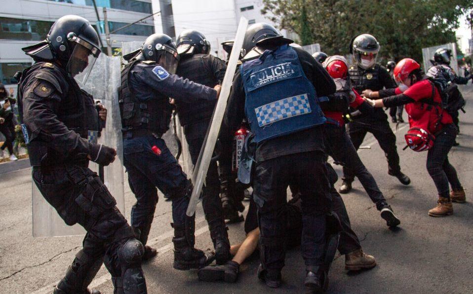 Detienen a policías que agredieron a joven durante protesta. Foto. Cuartosocuro