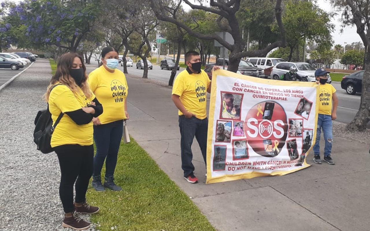 Padres de niños con cáncer toman la garita internacional de San Ysidro