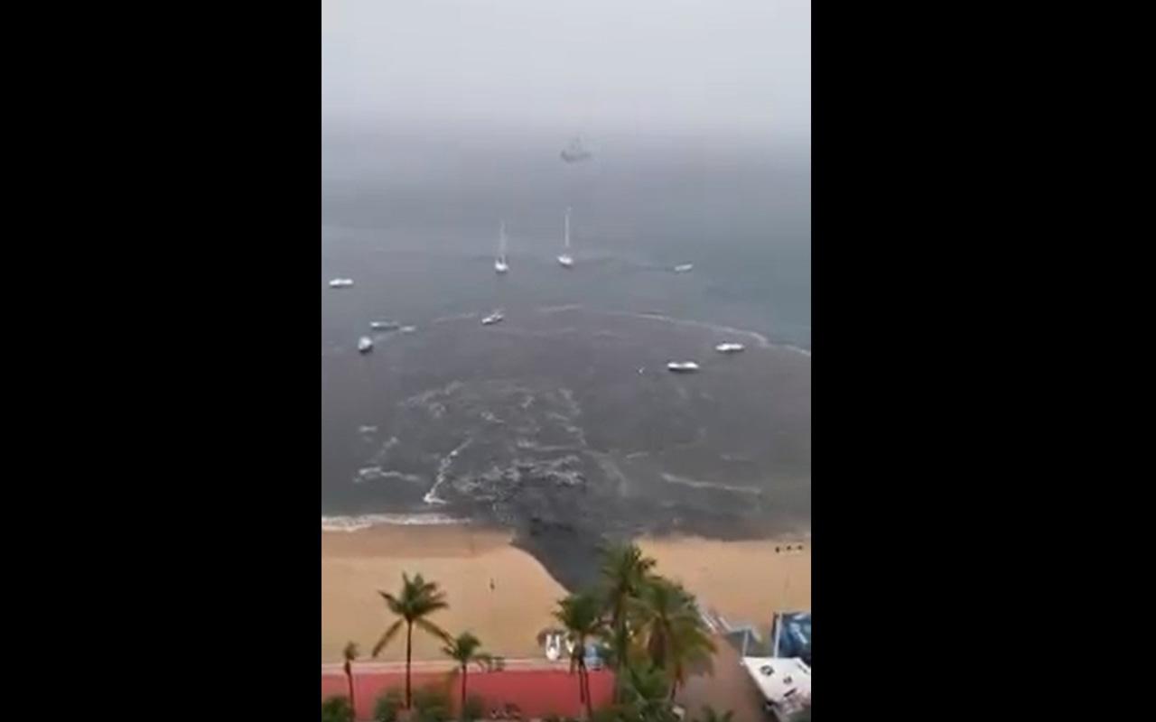 Invaden aguas negras playas de Acapulco