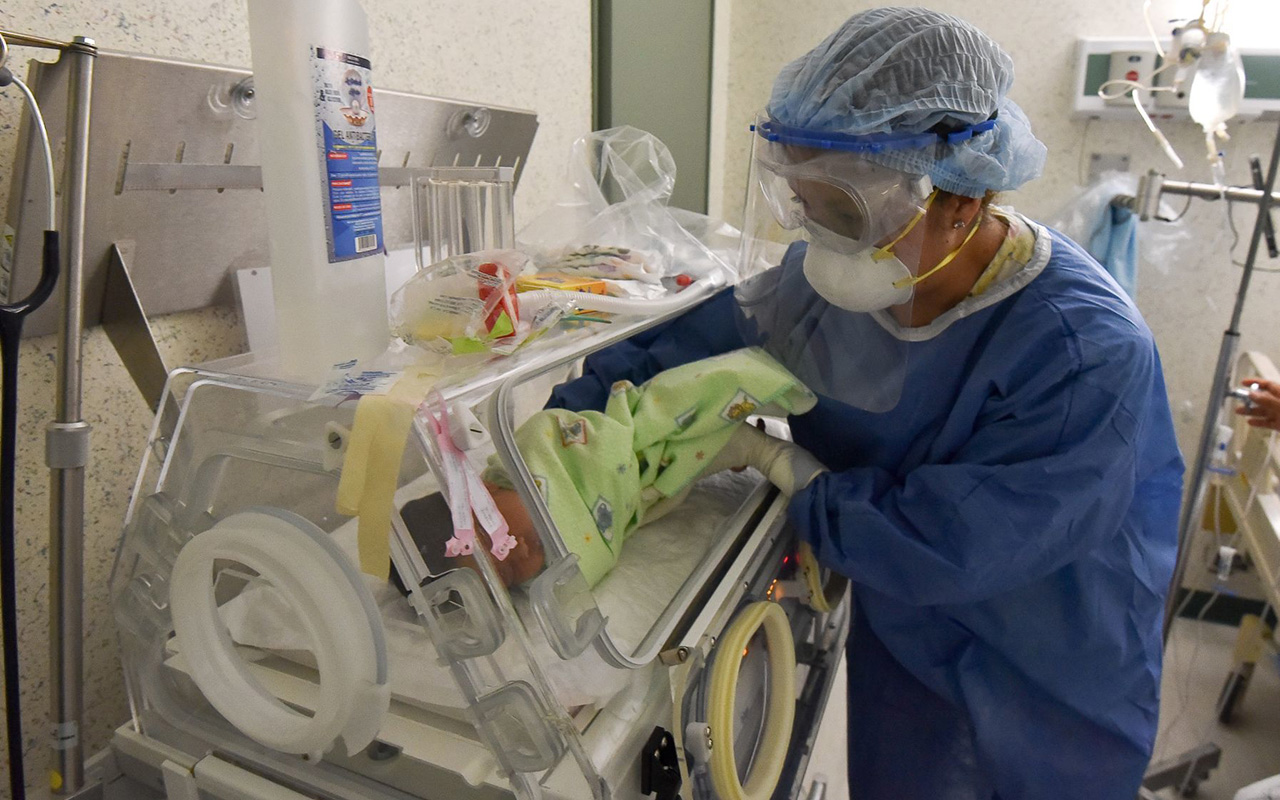 El cuidado en casa de un recién nacido debe ser muy estricto para evitar contagios por COVID-19