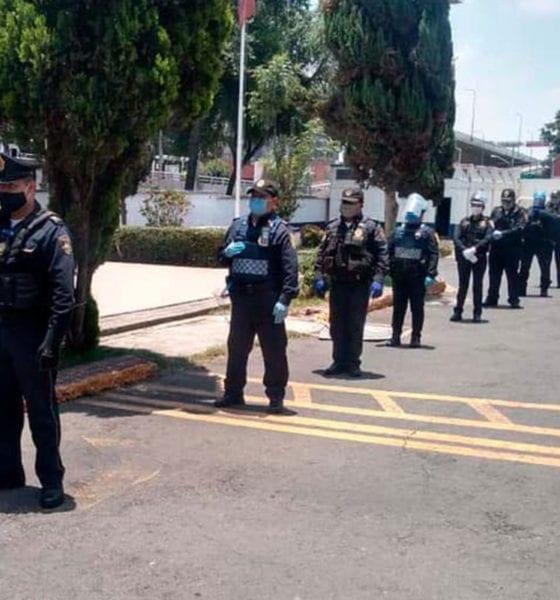 Regalan pizzas a policías que resguardan zona de hospitales