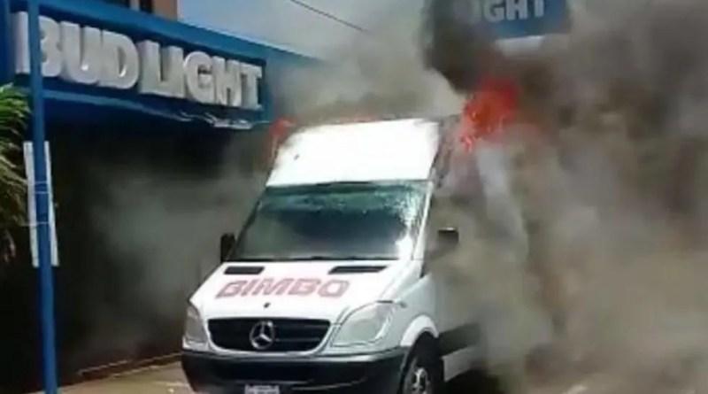 Prenden Fuego a vehículos en Tamaulipas. Foto: Twitter