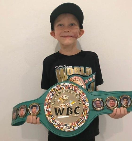 Recibe cinturón de campeón. Foto: CMB
