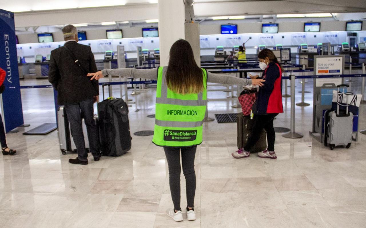 Estudiantes y personas con discapacidad fomentan la Sana Distancia al aeropuerto