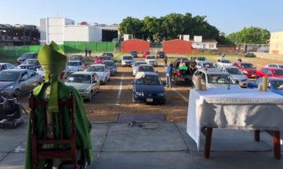 Así fue la histórica misa en un autocinema de México