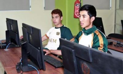 Apoyan a jóvenes que no cuenten con computadora o internet para que realicen examen de ingreso