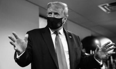 """Como un gesto """"patriótico"""", Trump se pone cubrebocas"""