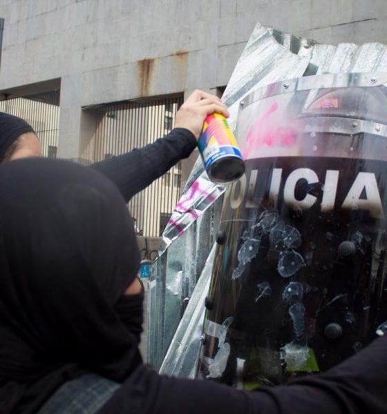 Con pintas e insultos, feministas exigen despenalizar el aborto