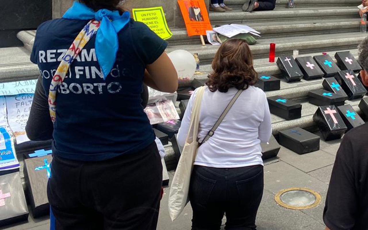 Activistas provida concluyen jornada de oración frente a SCJN