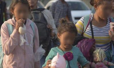 Mujer intenta engañar a migración para cruzar a menores a Estados Unidos