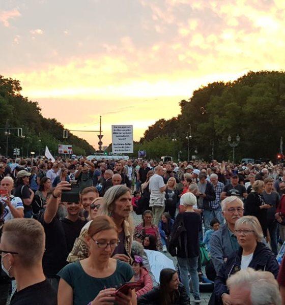 Manifestación en Alemania en contra del Covid-19. Foto: @CarmCerb21