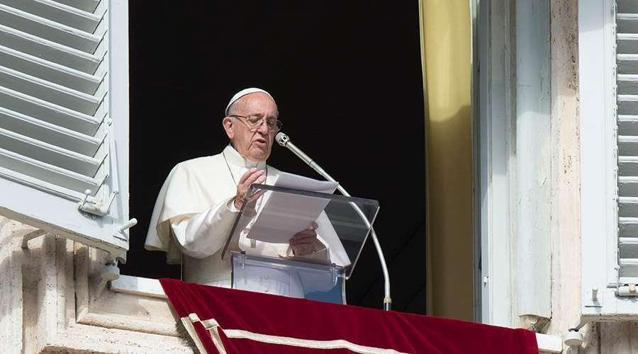 Papa Francisco reza. Foto: Vatican News