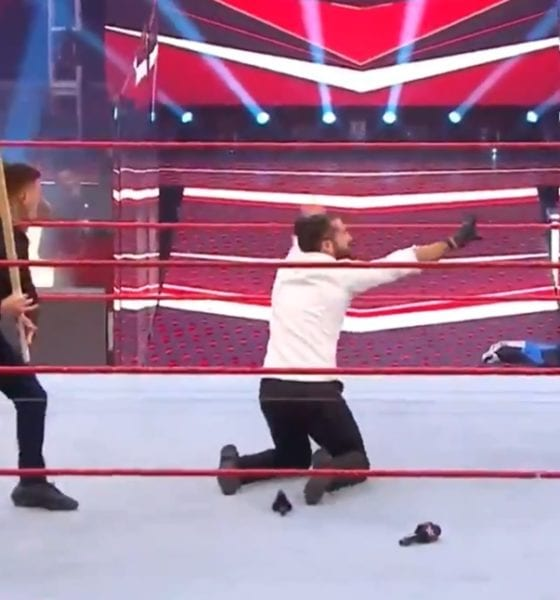 Rey Mysterio le dio golpiza a Seth Rollins. Foto: Captura de Pantalla