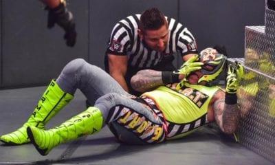 Rey Mysterio muestra su rostro. Foto: Twitter WWE