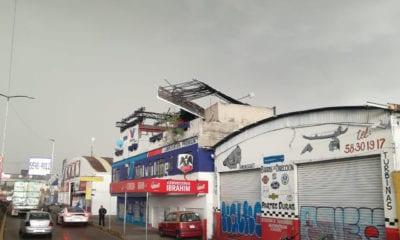 Vientos derriban anuncios y barda de una secundaria en CDMX