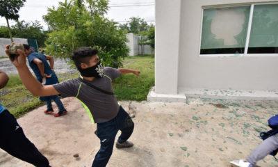 Padres de Ayotzinapa justifican vandalismo de normalistas en Guerrero