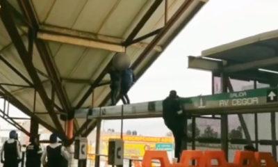 Sujeto trepa por estructura del Metro e intenta arrojarse