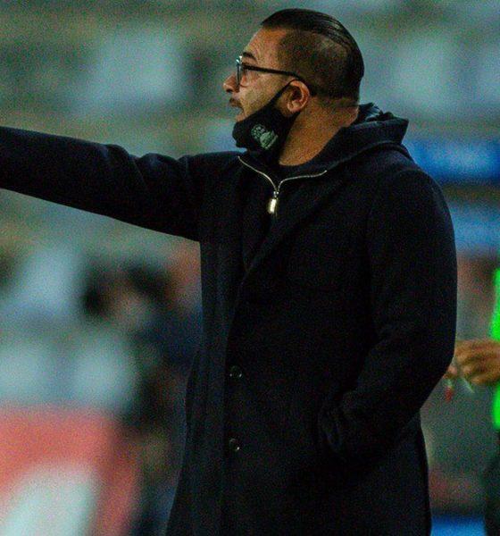 Molesto técnico de Monterrey con los jugadores. Foto: Twitter