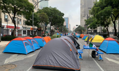 """Invita Obrador a """"fifís, chipocludos y machuchones"""" a dormir en el Zócalo"""