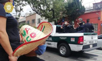 Policías mariachis llevan su música arriba de patrullas