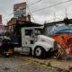 Tráiler se impacta contra locales de comida de La Marquesa