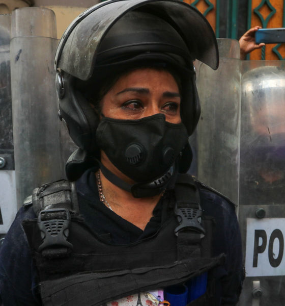 Mujeres policías, agredidas por feministas, reciben aplausos de sus compañeros
