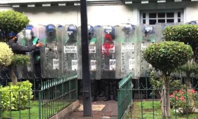 Policías resguardan edificio ante posible manifestación de feministas radicales