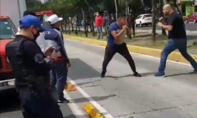 Dos sujeto se pelearon frente a un policía. Foto: Twitter
