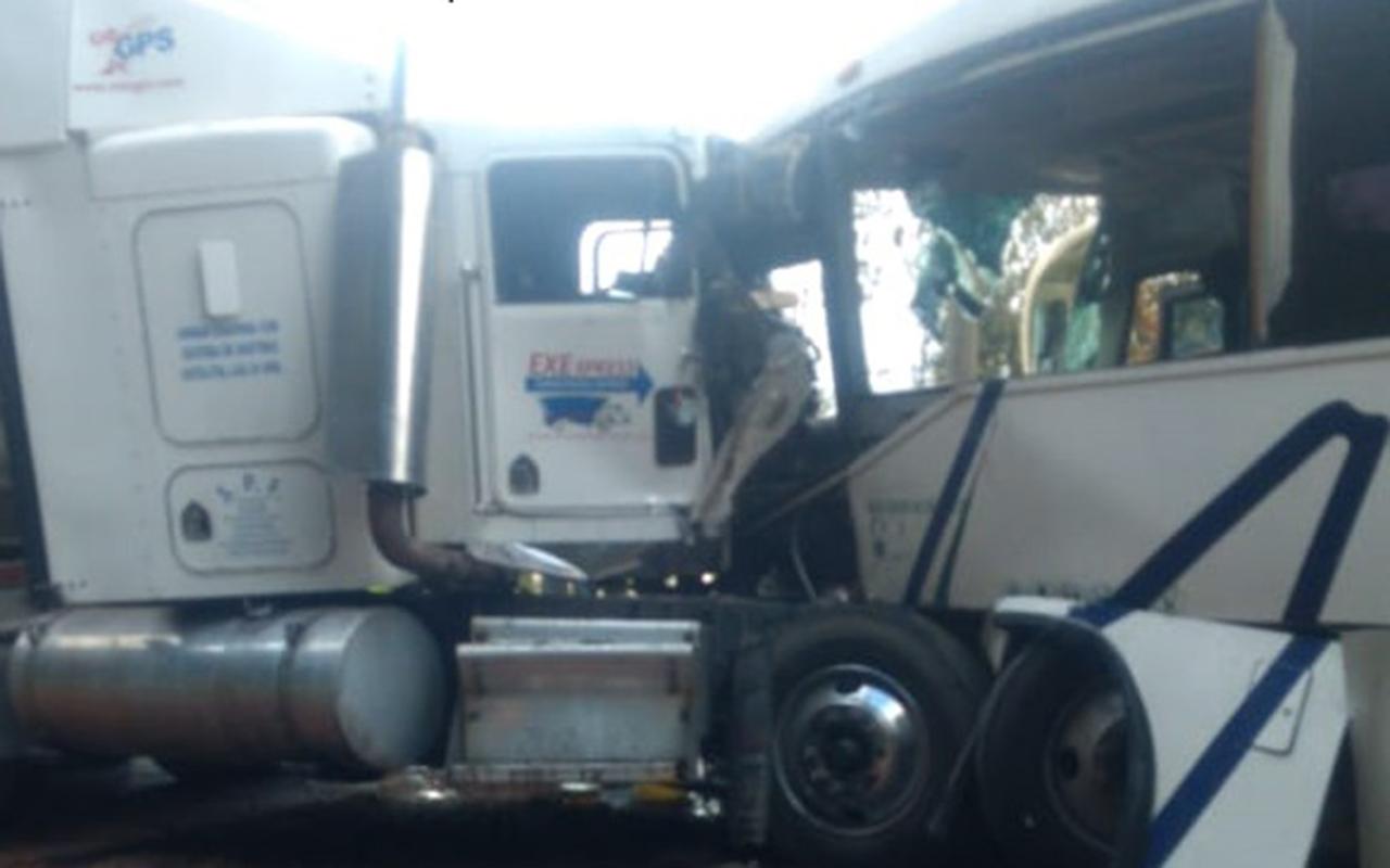 Tráiler choca con autobús que iba al Toreo; hay 17 lesionados
