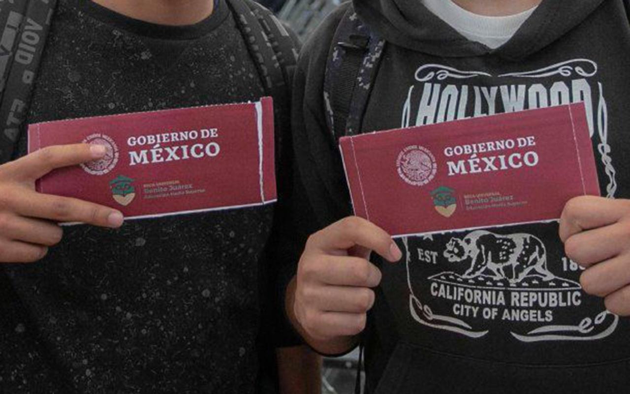 """Roban becas """"Benito Juárez"""" a estudiantes de bachillerato en Guanajuato"""