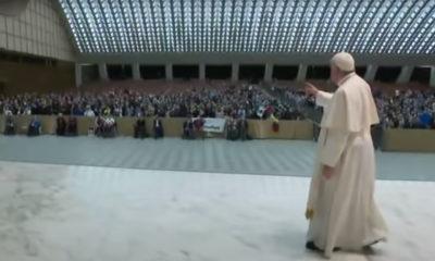 Papa Francisco ofrece disculpas a fieles por no saludar