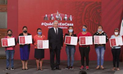 """Entregan a escuelas premios de """"controvertida"""" rifa del avión presidencial"""