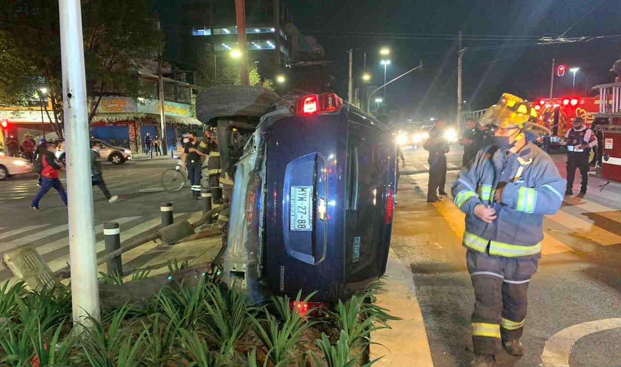Choca con ambulancia y queda llantas pa' arriba…. Noticias en tiempo real