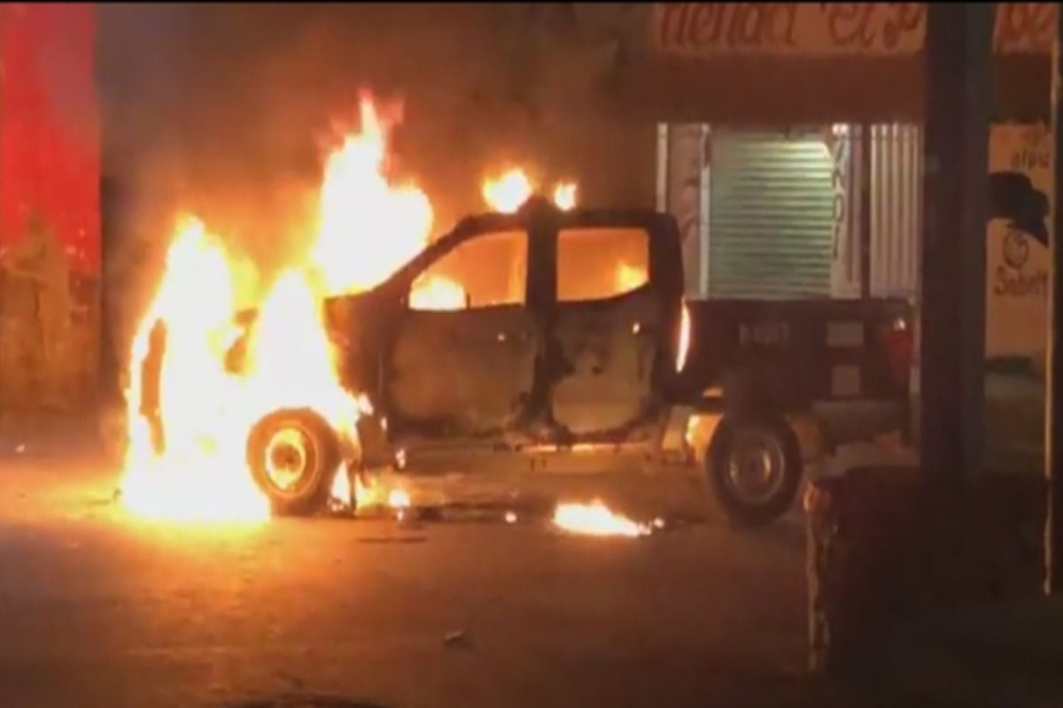 Retienen a dos policías y queman patrulla en Moyotzingo