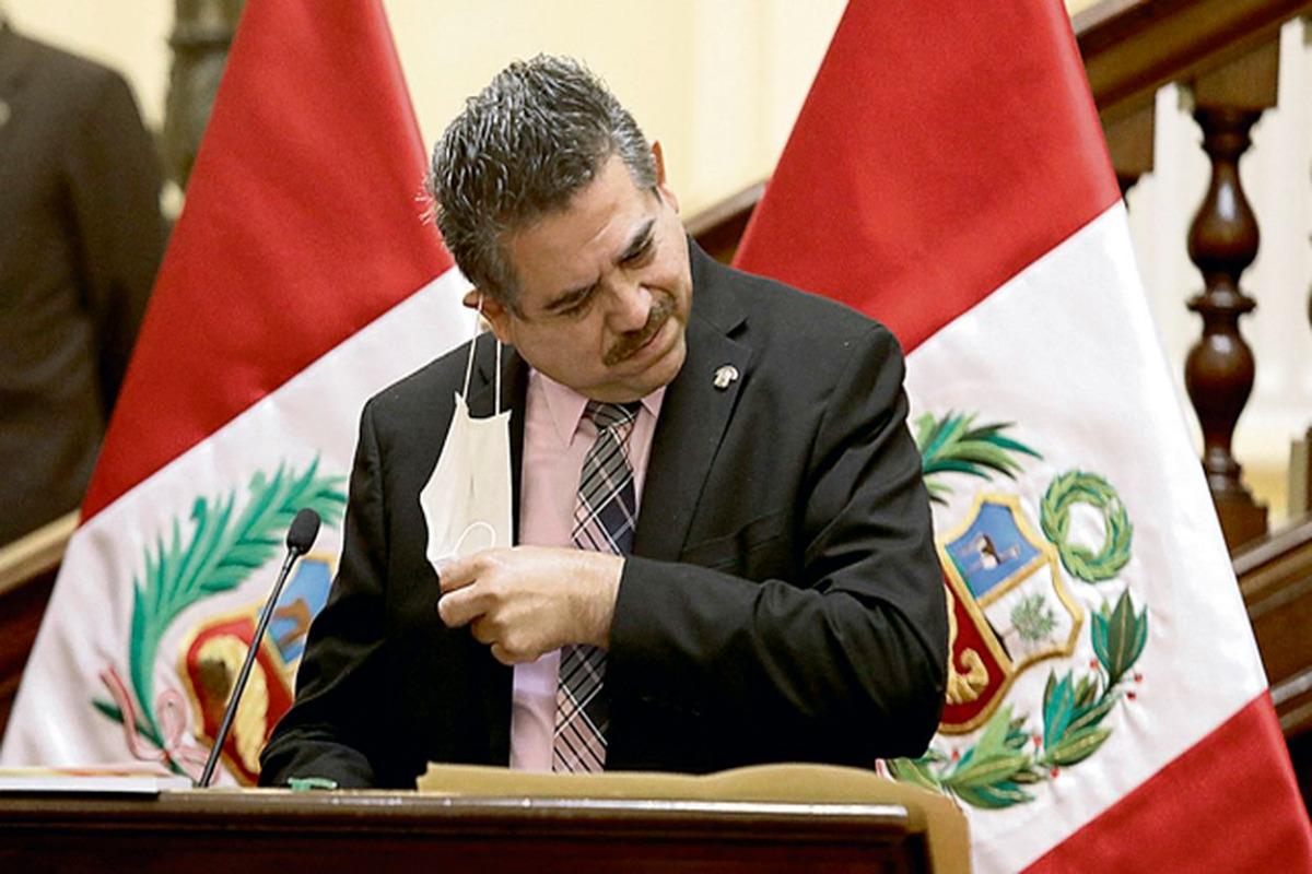 Renuncia Merino a la presidencia de Perú