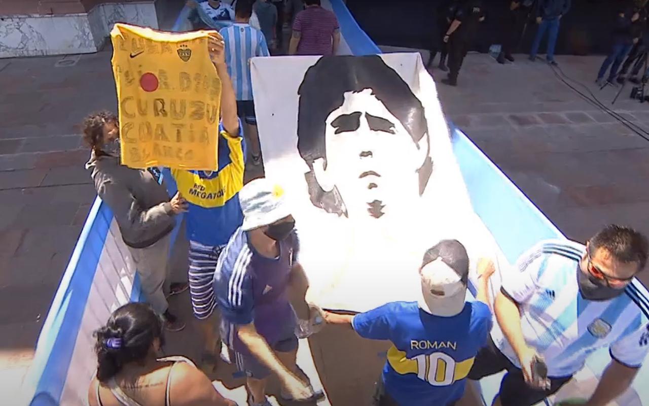 Miles de aficionados dicen adiós a Maradona en la Casa Rosada