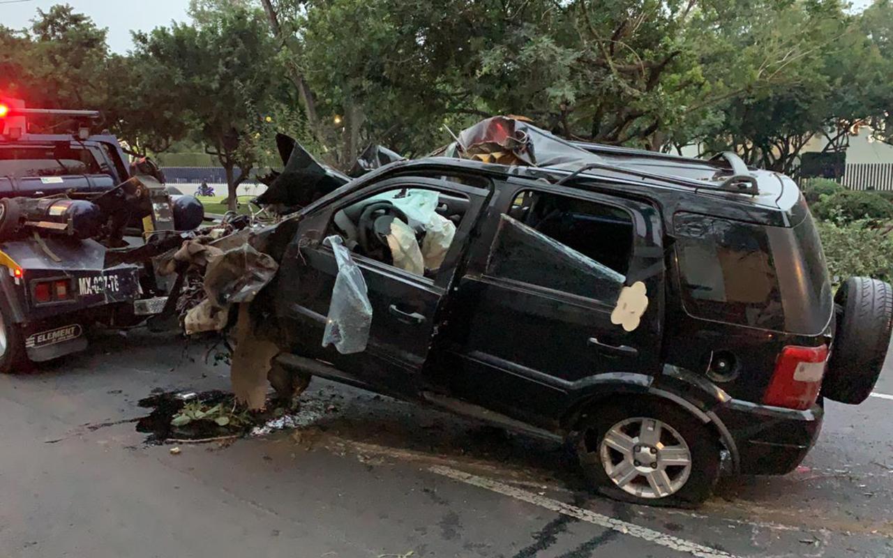 Mujer muere al impactar su camioneta contra árboles