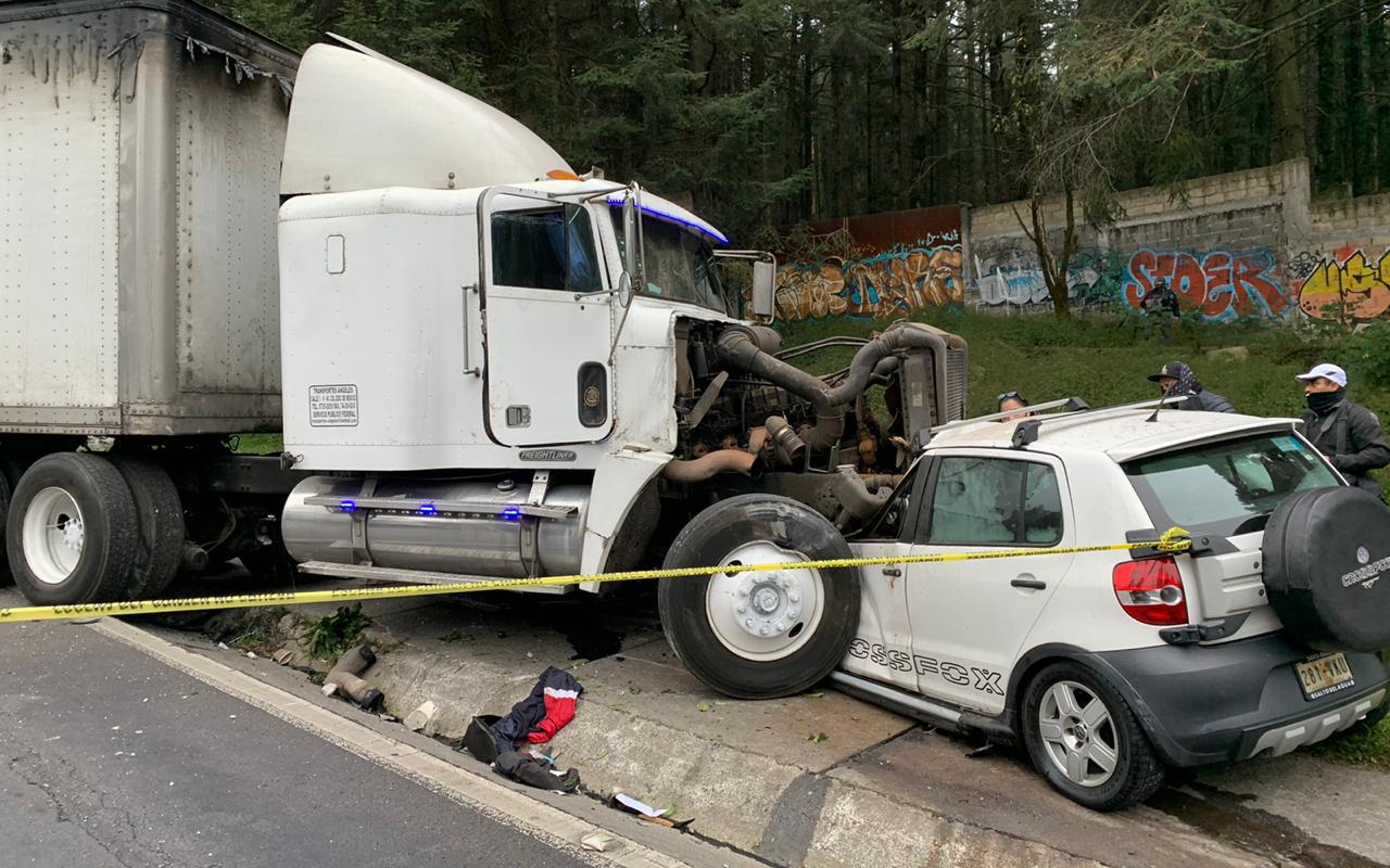 En carretera México-Toluca, tráiler pierde control; una persona murió