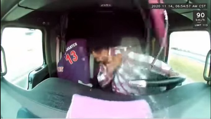 Conductor esquiva balas y no deja de manejar. Foto: Twitter