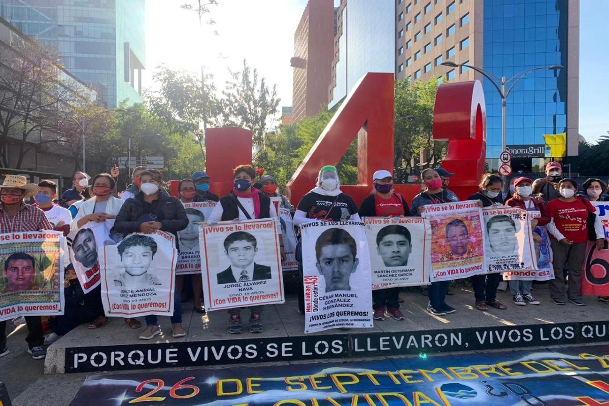 """Familiares de los 43 desaparecidos de Ayotzinapa se manifiestan en """"antimonumento"""""""