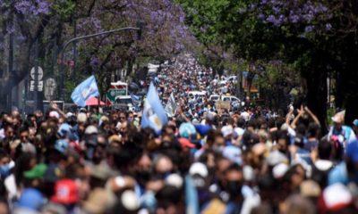 Se desborda despedida de Maradona; se enfrentan policías y fanáticos