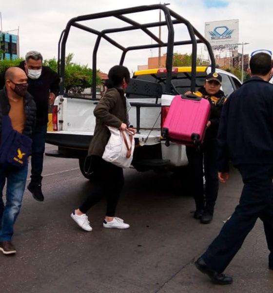 Por bloqueo, policías trasladan al aeropuerto a usuarios