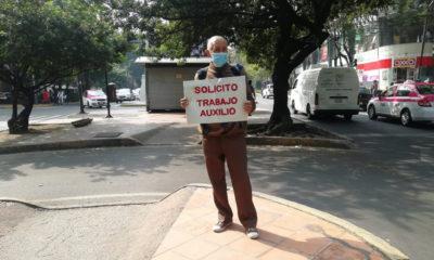 Abuelito busca empleo afuera del Metro