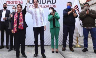 """Querétaro, Querétaro.- La ex magistrada del Tribunal Superior de Justicia de Querétaro, Celia Maya García, se convirtió este jueves en la candidata de Morena al gobierno de Querétaro. El dirigente nacional del partido en el gobierno, Mario Delgado, dio a conocer los resultados de la encuesta interna para elegir candidato al gobierno de la entidad. El líder nacional de Morena, Mario Delgado, felicitó a Celia Maya García por ganar la encuesta interna del partido a la gubernatura de Querétaro. """"Es la encuesta más cerrada que hemos tenido, tuvimos que hacer dos encuestas, para poder tener un desempate"""", señaló Delgado. La ex magistrada Maya García tiene una amplia experiencia de más de 40 años en el Poder Judicial."""