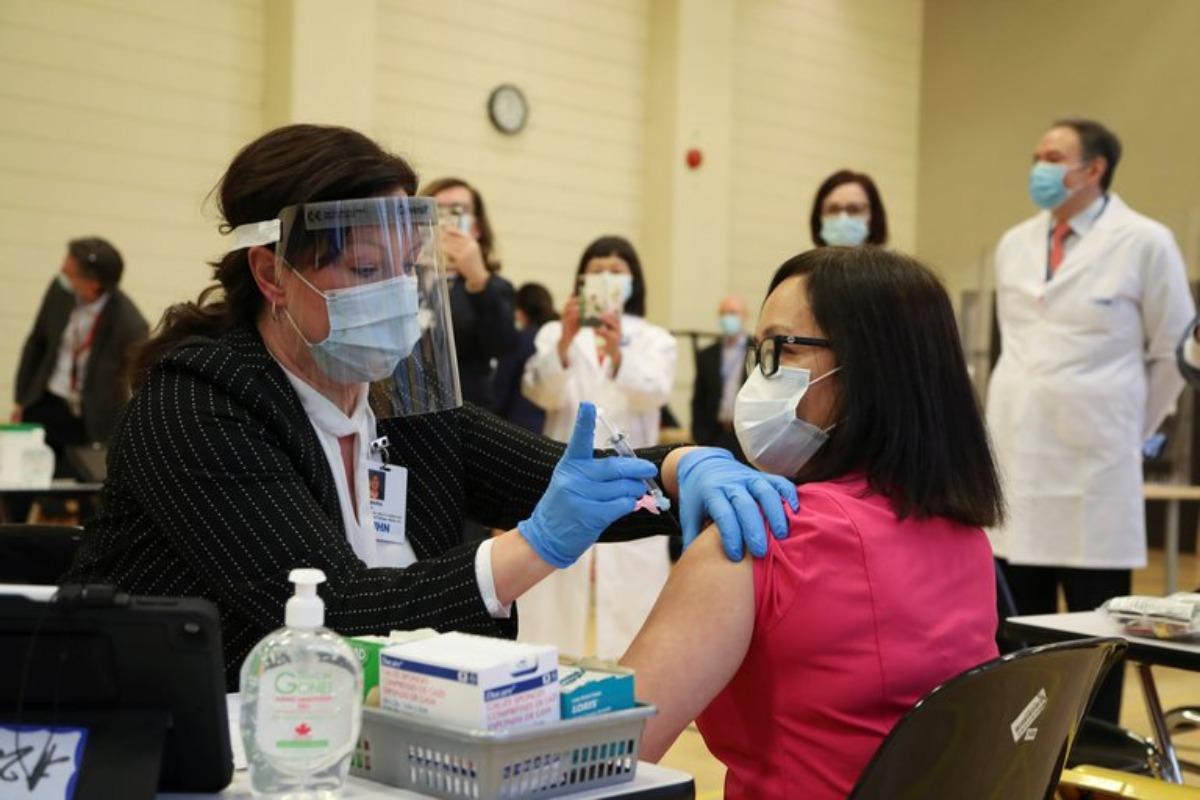 Aplican vacuna vs Covid-19 de Pfizer y BioNtech en Canadá