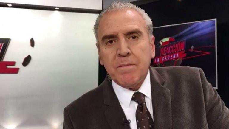 Carlos Albert comete grave error. Foto: Twitter