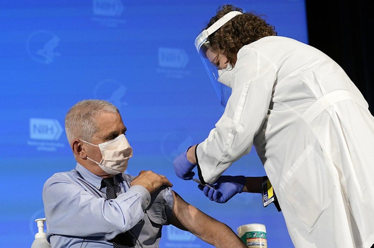 Vacunan a principal epidemiólogo y personal de salud en Estados Unidos
