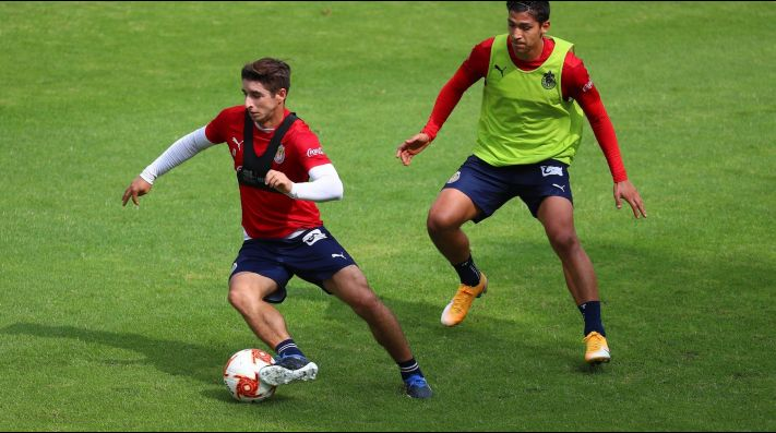Isaac Brizuela listo para jugar. Foto: Twitter Chivas
